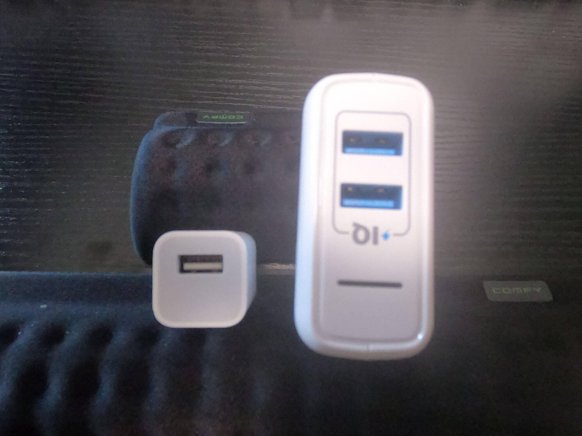 アンカーとapple製のUSB充電器の画像